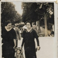 Fotografía antigua: == GG164 - FOTOGRAFIA - DOS AMIGAS CON UNA NIÑITA. Lote 195223426