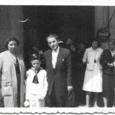 Fotografía antigua: == GG165 - FOTOGRAFIA - JOVENCITO DE PRIMERA COMUNION CON SUS PAPAS. Lote 195223558