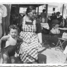 Fotografía antigua: == GG167 - FOTOGRAFIA - SEÑORA CON UN NIÑITO EN UN BAR DE PLAYA. Lote 195223815