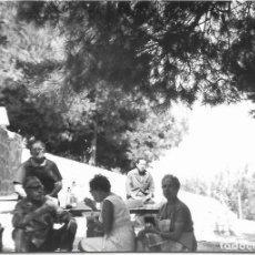 Fotografía antigua: == GG168 - FOTOGRAFIA - AMIGOS COMIENDO EN EL CAMPO. Lote 195223905