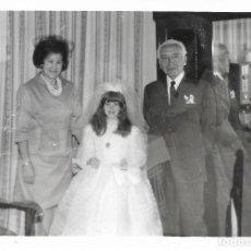 Fotografía antigua: == GG191 - FOTOGRAFIA - JOVENCITA DE PRIMERA COMUNION CON SU FAMILIA. Lote 195235710