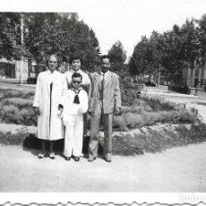 Fotografía antigua: == GG197 - FOTOGRAFIA - JOVENCITO DE PRIMERA COMUNION CON SU FAMILIA. Lote 195236272