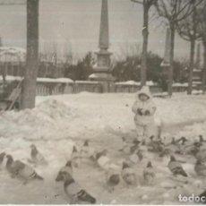 Fotografía antigua: == GG198 - FOTOGRAFIA - NINITA CON LAS PALOMAS. Lote 195236307
