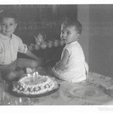 Fotografía antigua: == GG200 - FOTOGRAFIA - NIÑITOS EN UN CUMPLEAÑOS. Lote 195236420