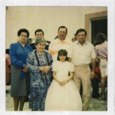 Fotografía antigua: == GG720 - FOTOGRAFIA POLAROID - JOVENCITA DE PRIMERA COMUNION CON SU FAMILIA. Lote 195249737