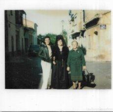Fotografía antigua: == GG721 - FOTOGRAFIA POLAROID - SEÑORA CON MANTILLA Y PEINETA CON DOS AMIGAS. Lote 195249761