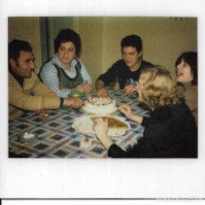 Fotografía antigua: == GG723 - FOTOGRAFIA POLAROID - FAMILIA CELEBRANDO UN CUMPLEAÑOS. Lote 195249787