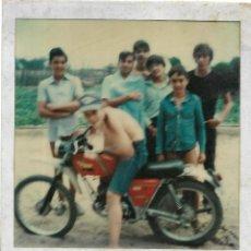 Fotografía antigua: == GG724 - FOTOGRAFIA POLAROID - JOVENCITO MONTADO EN UNA MOTO CON SUS AMIGOS. Lote 195249797