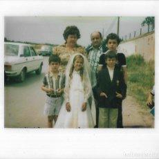 Fotografía antigua: == GG743 - FOTOGRAFIA POLAROID - JOVENCITA DE PRIMERA COMUNION CON SU FAMILIA. Lote 195250153