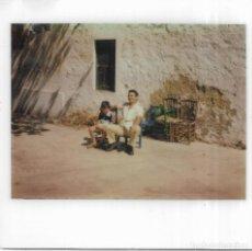 Fotografía antigua: == GG744 - FOTOGRAFIA POLAROID - SEÑOR Y NIÑO SENTADOS . Lote 195250165