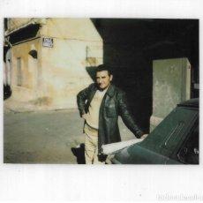 Fotografía antigua: == GG745 - FOTOGRAFIA POLAROID - JOVEN APOYADO EN UN COCHE. Lote 195250186