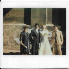 Fotografía antigua: == GG746 - FOTOGRAFIA POLAROID - PAREJA DE NOVIOS CON SU FAMILIA. Lote 195250198