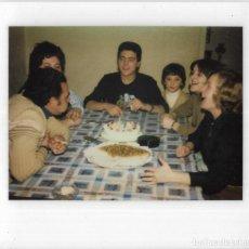 Fotografía antigua: == GG747 - FOTOGRAFIA POLAROID - FAMILIA CELEBRANDO UN CUMPLEAÑOS. Lote 195250231