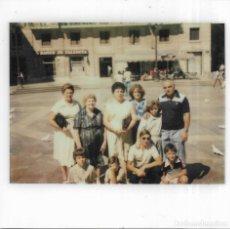 Fotografía antigua: == GG748 - FOTOGRAFIA POLAROID - GRUPO DE AMIGOS. Lote 195250250