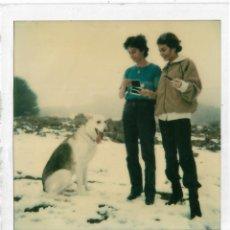 Fotografía antigua: == GG749 - FOTOGRAFIA POLAROID - DOS JOVENES CON UN PERRITO EN LA NIEVE. Lote 195250265