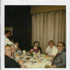 Fotografía antigua: == GG750 - FOTOGRAFIA POLAROID - GRUPO DE AMIGOS EN UNA COMIDA. Lote 195250305