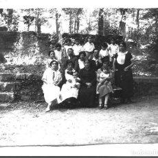Fotografía antigua: FOTOGRAFIA ANTIGUA - FAMILIA EN EL JARDIN CON NIÑOS Y NIÑERAS - AÑOS 20. Lote 195280072