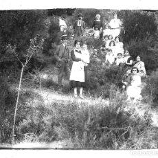 Fotografía antigua: FOTOGRAFIA ANTIGUA - FAMILIA EN EL JARDIN CON NIÑOS Y NIÑERAS - AÑOS 20. Lote 195280156
