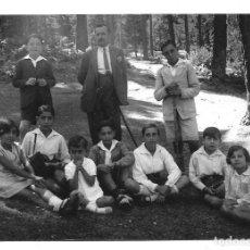 Fotografía antigua: FOTOGRAFIA ANTIGUA -PADRE CON NIÑOS EN UN DIA DE CAMPO - AÑOS 20. Lote 195280455