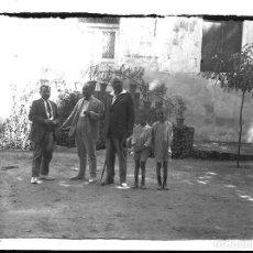 Fotografía antigua: FOTOGRAFIA ANTIGUA -PADRES CON NIÑOS EN UN DIA DE CAMPO - AÑOS 20. Lote 195280520