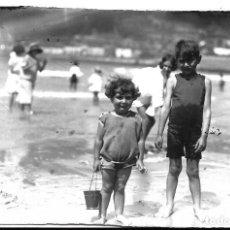 Fotografía antigua: FOTOGRAFIA ANTIGUA - DOS HERMANOS EN LA PLAYA - AÑOS 20. Lote 195304496