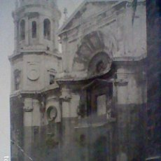 Fotografía antigua: CADIZ CATEDRAL FRONTAL COCHES EPOCA FOTOGRAFIA SOBADA 10,5 X 8,2 . Lote 195304865