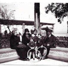 Fotografía antigua: 2 FOTOGRAFIAS ANTIGUAS - DE UNA FAMILIA DE PASEO CON LOS NIÑOS Y NIÑERA - AÑOS 20. Lote 195304921