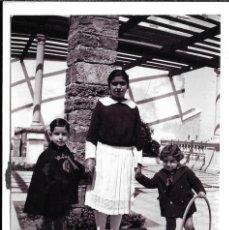 Fotografía antigua: FOTOGRAFIA ANTIGUA - DE UNA NIÑERA CON LOS NIÑOS - AÑOS 20. Lote 195305437