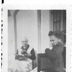 Fotografía antigua: == FA534 - FOTOGRAFIA PEQUEÑO FORMATO - DOS SEÑORAS - 6,5 X 5 CM.. Lote 195319952