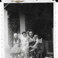 Fotografía antigua: == FA554 - FOTOGRAFIA PEQUEÑO FORMATO - GRUPO FAMILIAR CON UN PERRITO - 6 X 4,5 CM.. Lote 195322092