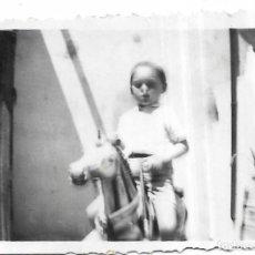 Fotografía antigua: == FA562 - FOTOGRAFIA PEQUEÑO FORMATO - NIÑO MONTADO EN UN CABALLITO DE CARTON - 6 X 4,5 CM.. Lote 195322297
