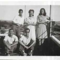 Fotografía antigua: == FP319 - FOTOGRAFIA PEQUEÑO FORMATO - GRUPO DE AMIGOS - 6,5 X 4,5 CM.. Lote 195336310