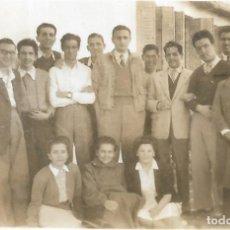 Fotografía antigua: == FP336 - FOTOGRAFIA PEQUEÑO FORMATO - GRUPO DE AMIGOS - 6,5 X 4,5 CM.. Lote 195336638