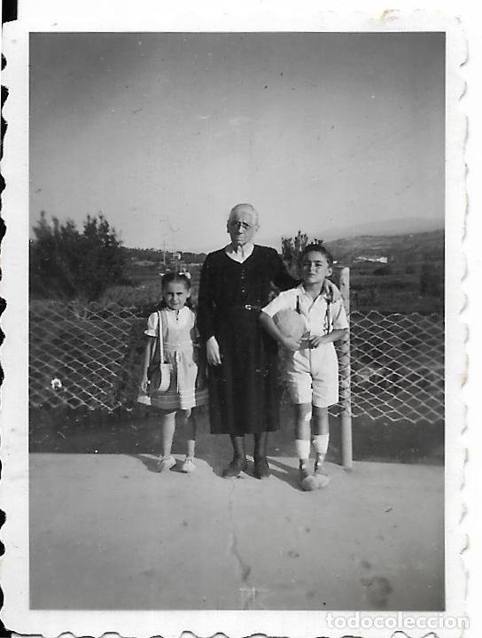 == FP344 - FOTOGRAFIA PEQUEÑO FORMATO - SEÑORA CON DOS JOVENCITOS - BUÑOL 1946 - 6 X 4,5 CM. (Fotografía - Artística)