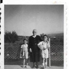 Fotografía antigua: == FP344 - FOTOGRAFIA PEQUEÑO FORMATO - SEÑORA CON DOS JOVENCITOS - BUÑOL 1946 - 6 X 4,5 CM.. Lote 195336822