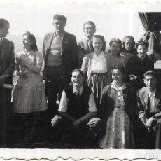 Fotografía antigua: == FP349 - FOTOGRAFIA PEQUEÑO FORMATO - GRUPO DE AMIGOS - 6,5 X 4,5 CM.. Lote 195336920