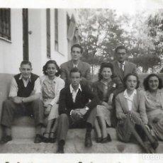 Fotografía antigua: == FP370 - FOTOGRAFIA PEQUEÑO FORMATO - GRUPO DE AMIGOS - 6,5 X 4,5 CM.. Lote 195337231