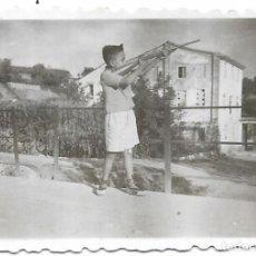 Fotografía antigua: == FP371 - FOTOGRAFIA PEQUEÑO FORMATO - JOVENCITO DISPARANDO UN RIFLE - 6,5 X 4,5 CM.. Lote 195337668