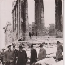 Fotografía antigua: ALFONSO XIII - EXILIO - VISITA A GRECIA ACROPOLIS EN 1938 - FOTO DE PRENSA ORIGINAL 18X13. Lote 195354600