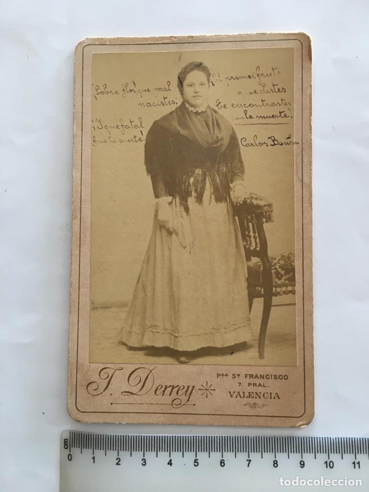 FOTO. JOVEN EN EL ESTUDIO DEL FOTÓGRAFO. J. DERREY. VALENCIA. H. 1915?. (Fotografía - Artística)