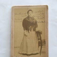 Fotografía antigua: FOTO. JOVEN EN EL ESTUDIO DEL FOTÓGRAFO. J. DERREY. VALENCIA. H. 1915?.. Lote 195371906