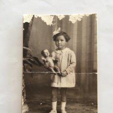 Fotografía antigua: FOTO. NIÑA CON SU MUÑECA. FOTÓGRAFO J. DERREY. VALENCIA. H. 1925?.. Lote 195372758