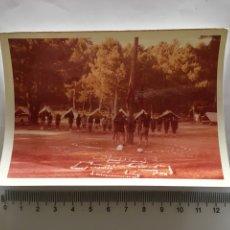 Fotografía antigua: FOTO. ARRIAR BANDERAS EN EL CAMPAMENTO. FOTÓGRAFO?.. Lote 195465133