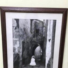 Fotografía antigua: PRECIOSA FOTOGRAFIA ENMARCADA CALLEJON PASADIZO NIÑA FIRMADO PELGAZ 1957. Lote 195524910