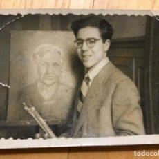 Fotografía antigua: FOTO RETRATO PINTOR ALFREDO ENGUIX CON CUADRO FOTOS VICA 7,8X4,6 CM. Lote 195524941