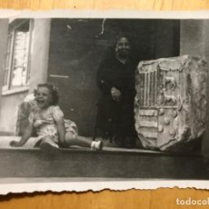 Fotografía antigua: ANTIGUA FOTO NIÑA POSANDO CON ESCUDO DE PIEDRA LINAJE 8,5X 6 CM. Lote 195524953