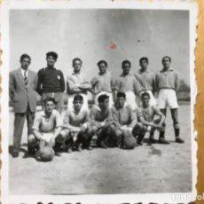 Fotografía antigua: ANTIGUA FOTOGRAFIA EQUIPO DE FUTBOL BLANCO Y NEGRO 6X5,6. Lote 195524968