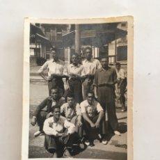 Fotografía antigua: FOTO. GRUPO DE AMIGOS. FOTO ALCODORI.. Lote 195531156