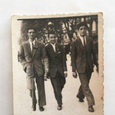 Fotografía antigua: FOTO. TRES AMIGOS EN LA CIUDAD. FOTÓGRAFO?.. Lote 195531257