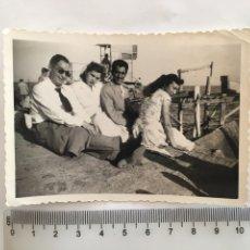 Fotografía antigua: FOTO. PASEO Y DESCANSO EN EL PUERTO. FOTÓGRAFO?.. Lote 195534107